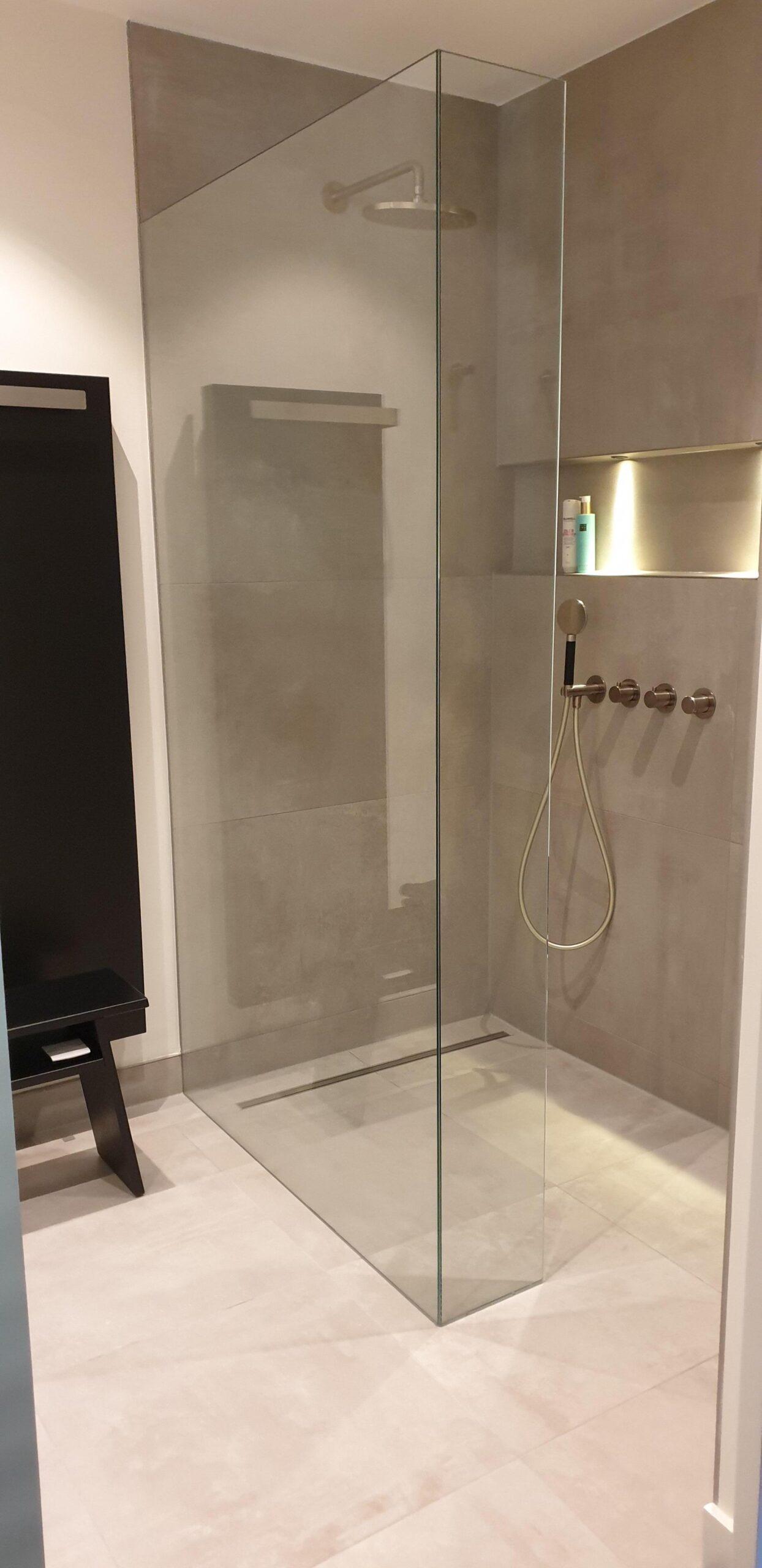 Verlijmde douchewand grijze badkamer